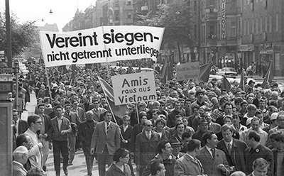 1. Mai-Demonstration in West-Berlin, 1968 Foto: Jürgen Henschel,  ArchivFHXB Friedrichshain-Kreuzberg Museum